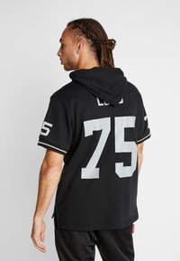 Mitchell & Ness - NFL NAME NUMBER HOODED SHORT SLEEVE - Sweat à capuche - black - 2