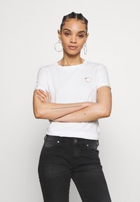 Scotch & Soda - FITTED TEE WITH CHEST ARTWORK - T-shirts med print - offwhite - 0