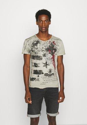 INDICATE ROUND - Print T-shirt - green