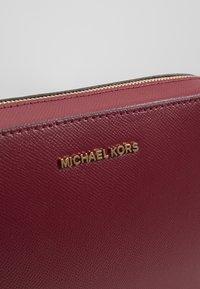 MICHAEL Michael Kors - JET SET TRAVEL CROSSBODY - Torba na ramię - berry - 6