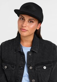 Vans - CLASSIC PATCH TRUCKER - Cap - black