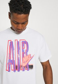 Nike Sportswear - TEE AIR LOOSE FIT - T-shirt med print - white - 3