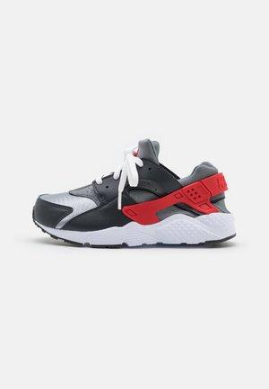 HUARACHE RUN - Sneakers basse - dark smoke grey/university red/light smoke grey/smoke grey