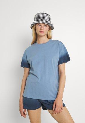 NMOMBRE WENDY - Print T-shirt - faded denim/ombre dark denim