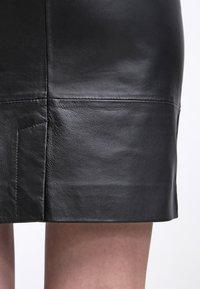 Gestuz - CHAR - Falda de cuero - black - 5