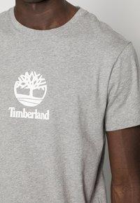 Timberland - STACK LOGO TEE - T-shirt con stampa - medium grey heather - 4
