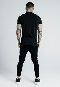SIKSILK - DANI ALVES EMBOSSED FITTED BOX TEE - T-shirt print - black - 2