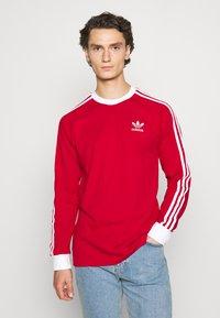 adidas Originals - 3 STRIPES UNISEX - T-shirt à manches longues - scarle - 0
