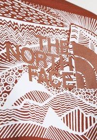 The North Face - REDBOX CELEBRATION TEE - T-shirt z nadrukiem - brown - 5