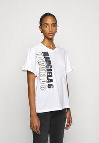 MM6 Maison Margiela - T-shirts med print - white - 0