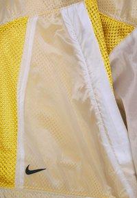 Nike Sportswear - W NSW TCH PCK - Cortaviento - dark citron/white/black - 5