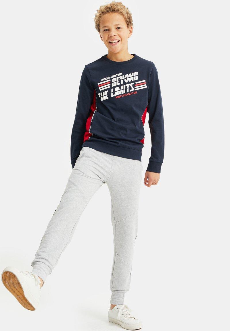 WE Fashion - MET OPDRUK EN COLOURBLOCKING - Long sleeved top - dark blue