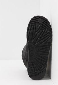 UGG - CLASSIC SHORT WP - Korte laarzen - black - 5