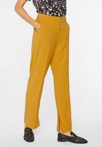 WE Fashion - MIT WEITEM HOSENBEIN UND HOHER TAILLE - Trousers - mustard yellow - 3
