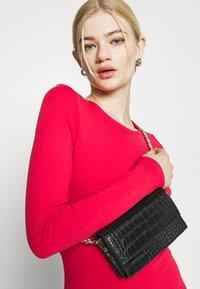 NU-IN - PLUNGE BACK NECK MIDI DRESS - Žerzejové šaty - scarlet red - 3