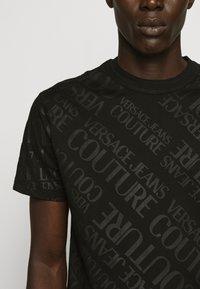 Versace Jeans Couture - TONAL ALLOVER LOGO - T-shirt imprimé - black - 6