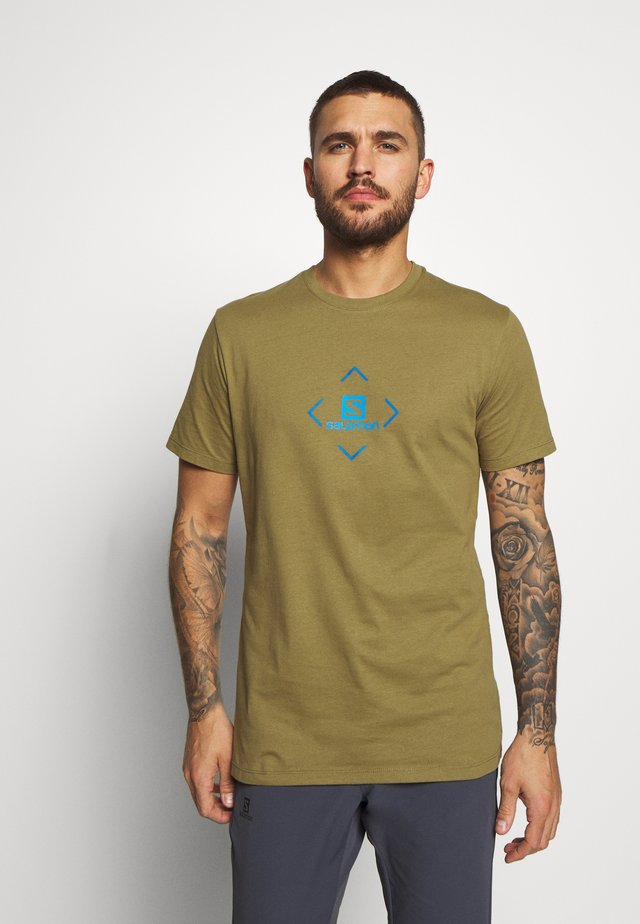 LOGO TEE - T-shirt imprimé - martini olive/indigo bunting/blithe