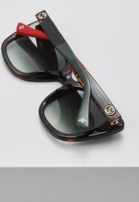 Gucci - 30001723003 - Sonnenbrille - havana/green - 4