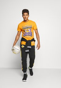 Mitchell & Ness - NBA LA LAKERS CHAMPIONS TEE - Article de supporter - yellow - 1