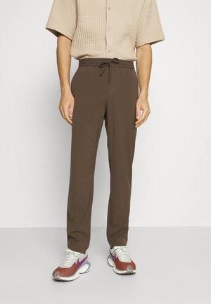 CLUB PANTS WITH DRAWSTRING - Kalhoty - deep brown