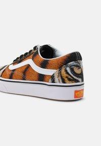 Vans - COMFYCUSH OLD SKOOL UNISEX - Sneakers laag - multi - 4