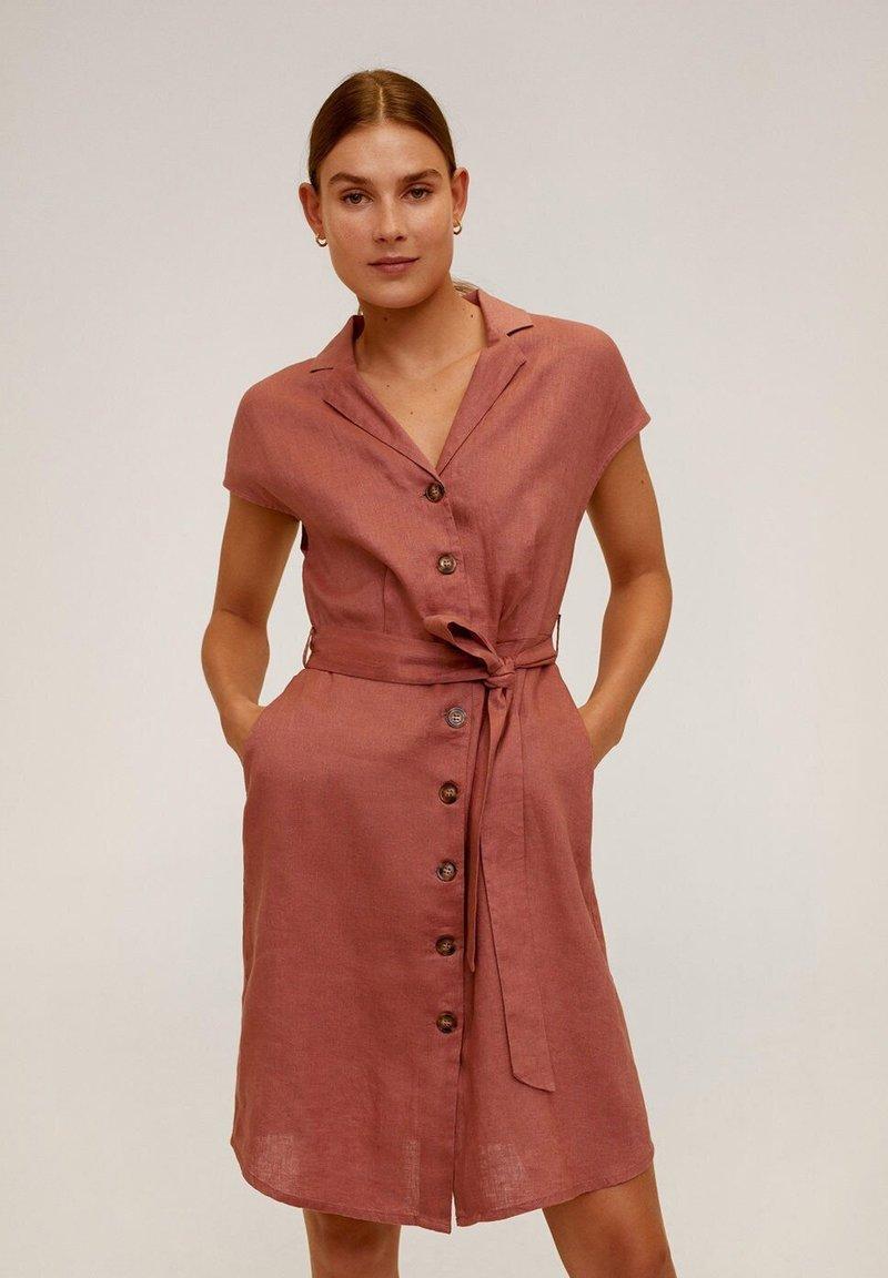 Mango - SAFARI - Sukienka koszulowa - Zartrosa