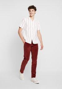 Farah - Pantaloni - burnt red - 1
