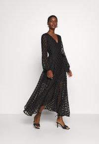 Guess - BERTHA - Długa sukienka - jet black - 0