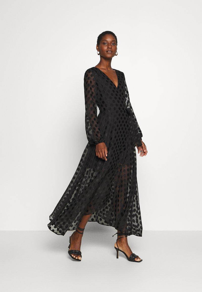 Guess - BERTHA - Długa sukienka - jet black