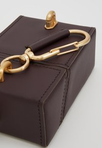 ZAC Zac Posen - BELAY NORTH SOUTH MINI BOX CHAIN WRISTLET - Borsa a tracolla - eggplant - 8