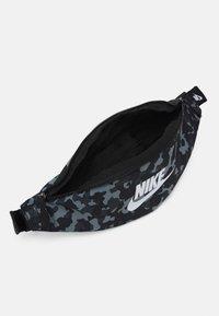 Nike Sportswear - HERITAGE HIP UNISEX - Bum bag - black/white - 2
