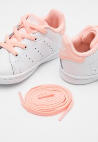 adidas Originals - STAN SMITH UNISEX - Trainers - footwear white/haze coral - 5