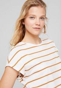 KIOMI - Print T-shirt - off-white/cognac - 4