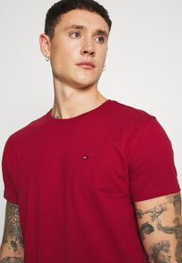 Tommy Jeans - ESSENTIAL SOLID TEE - T-shirts basic - wine red - 4