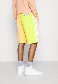 adidas Originals - LOVE UNITES UNISEX  - Short - multicolour - 3