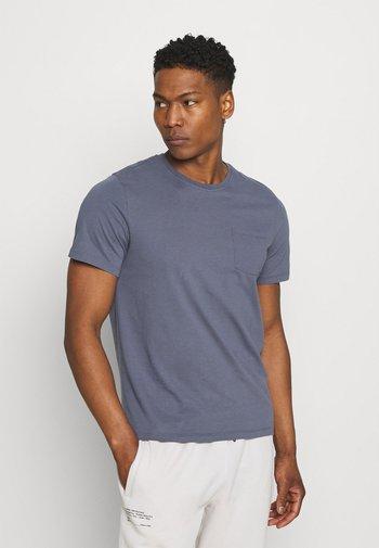 AVANDARO MAN - Print T-shirt - grey/blue
