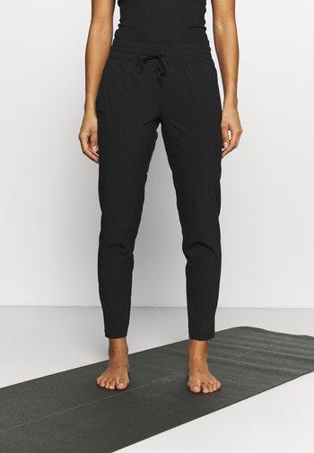STUDIO TAPERED PANT - Pantalones deportivos - puma black