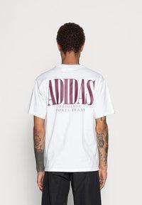 adidas Originals - TREFOIL SCRIPT - Print T-shirt - white - 2