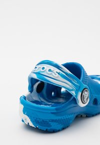 Crocs - CLASSIC CLOG - Pool slides - bright cobalt/white - 5