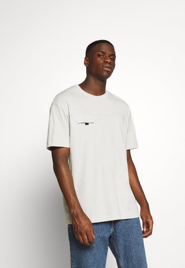 JCOSAFARI  TEE CREW NECK - Print T-shirt - blue fox