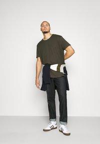 Burton Menswear London - SHORT SLEEVE CREW 3 PACK - T-shirt basic - indigo/burgundy - 0