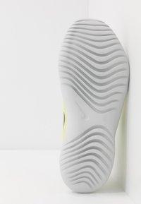 Nike Performance - FLEX RUNNER - Závodní běžecké boty - light smoke grey/black/limelight/photon dust - 5