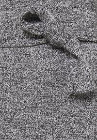 Who What Wear - TIE WAIST DRESS - Pletené šaty - black marl - 5