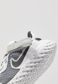 Nike Performance - REVOLUTION 5 FLYEASE - Obuwie do biegania treningowe - light smoke grey/dark smoke grey/photon dust/medium brown - 2