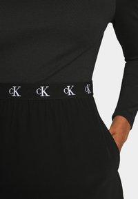 Calvin Klein Jeans - LOGO ELASTIC DRESS - Sukienka z dżerseju - black - 7