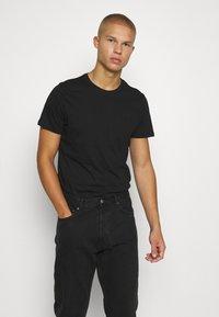 Jack & Jones PREMIUM - JPRBRODY TEE CREW NECK 5 PACK - Basic T-shirt - navy blazer/white/olive night/black/portroyale - 6
