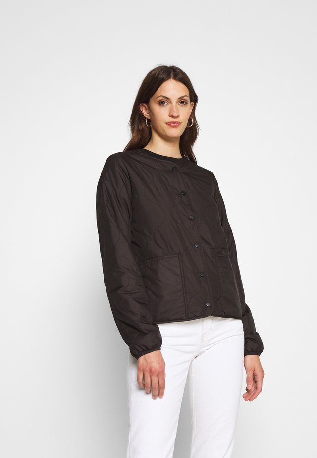 ONLJASMIN QUILTED JACKET - Lehká bunda - black