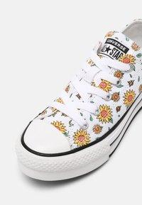 Converse - CHUCK TAYLOR ALL STAR SUNFLOWER PLATFORM OX - Zapatillas - white/citron pulse/terracotta pink - 4