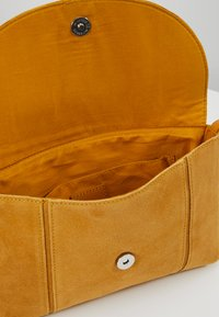 Even&Odd - LEATHER - Across body bag - mustard - 4