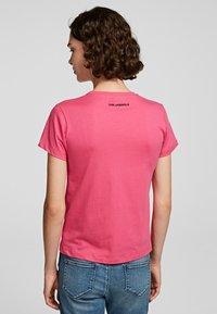 KARL LAGERFELD - T-Shirt print - fuchisa - 1